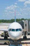 Vliegtuig bij luchthavenpoort Royalty-vrije Stock Afbeelding