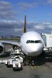 Vliegtuig bij poort royalty-vrije stock fotografie