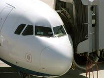 Vliegtuig bij poort stock foto