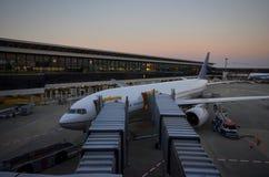 Vliegtuig bij poort Stock Fotografie