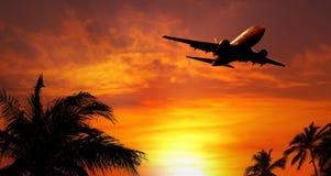 Vliegtuig bij zonsondergang Stock Afbeeldingen