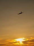 Vliegtuig bij zonsondergang Stock Foto's