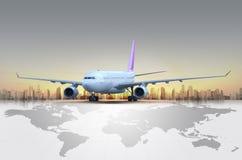 Vliegtuig bij zonsondergang royalty-vrije stock afbeeldingen