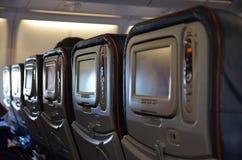 Vliegtuig binnenmening over zetels en de schermen royalty-vrije stock afbeeldingen