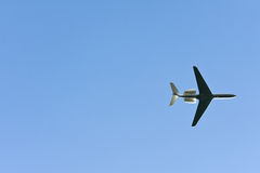 Vliegtuig in Blauwe Hemel Royalty-vrije Stock Foto