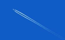 Vliegtuig in blauwe hemel Royalty-vrije Stock Afbeeldingen