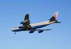 Vliegtuig Boeing-747 van Transaero-luchtvaartlijn vermindert alvorens bij de Sheremetyevo luchthaven te landen stock foto