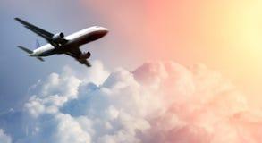 Vliegtuig boven de wolken Royalty-vrije Stock Afbeelding