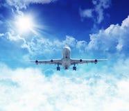 Vliegtuig boven de wolken Stock Foto