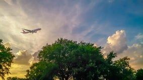 Vliegtuig boven Montauk-Puntvuurtoren Long Island New York stock fotografie