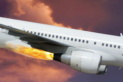 Vliegtuig, brand, motor. Dramatische hemel. Close-up. Royalty-vrije Stock Foto