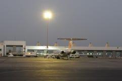 Vliegtuig buiten luchthaven royalty-vrije stock fotografie