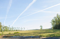 Vliegtuig contrails in de blauwe hemel Royalty-vrije Stock Afbeeldingen