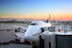 Vliegtuig dat aan de vlucht bij luchthaven voorbereidingen treft Stock Afbeeldingen