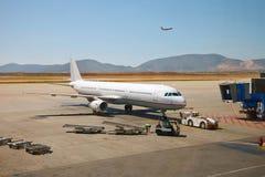 Vliegtuig dat aan de vlucht voorbereidingen treft Royalty-vrije Stock Foto's
