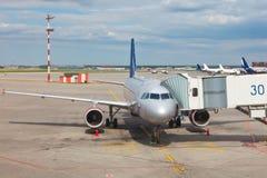 Vliegtuig dat aan de vlucht voorbereidingen treft Stock Afbeeldingen