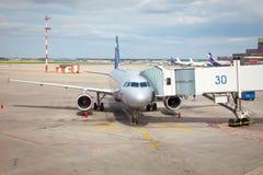 Vliegtuig dat aan de vlucht voorbereidingen treft Royalty-vrije Stock Fotografie