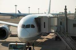 Vliegtuig dat aan straalbrug wordt aangesloten Royalty-vrije Stock Afbeeldingen