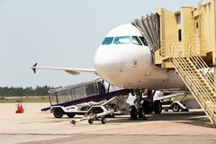 Vliegtuig dat aan vlucht voorbereidingen treft Stock Foto