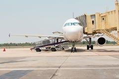 Vliegtuig dat aan vlucht voorbereidingen treft Stock Afbeeldingen