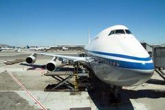 Vliegtuig dat bij de luchthaven wordt geparkeerd royalty-vrije stock foto
