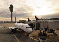 Vliegtuig dat bij de Terminal van Hartsfiled wordt gedokt Jackson royalty-vrije stock fotografie