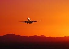 Vliegtuig dat bij zonsondergang, Arizona van start gaat Stock Afbeeldingen