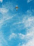 Vliegtuig dat in blauwe hemel vliegt royalty-vrije stock afbeelding