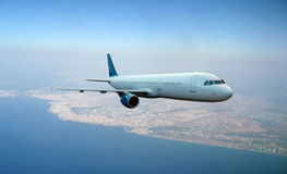 Vliegtuig dat boven aardeachtergrond vliegt Stock Afbeeldingen
