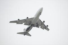 Vliegtuig dat boven vliegt Stock Foto's