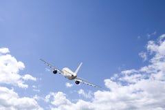 Vliegtuig dat in de blauwe hemel vliegt Stock Afbeelding