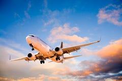 Vliegtuig dat in de Hemel van de Zonsondergang vliegt Royalty-vrije Stock Fotografie