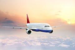 Vliegtuig dat in de hemel vliegt Stock Afbeeldingen