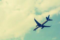 Vliegtuig dat in de hemel vliegt Royalty-vrije Stock Afbeeldingen