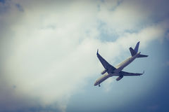 Vliegtuig dat in de hemel vliegt Donkere grens Royalty-vrije Stock Foto's