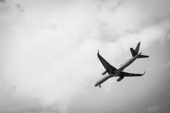 Vliegtuig dat in de hemel vliegt Wit en zwarte Royalty-vrije Stock Foto's
