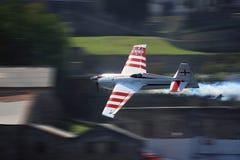 Vliegtuig dat - het Ras Porto 2009 van de Lucht RedBull vliegt Stock Foto