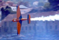 Vliegtuig dat - het Ras Porto 2009 van de Lucht RedBull vliegt Stock Fotografie