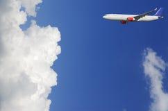 Vliegtuig dat hoog boven de wolken vliegt royalty-vrije stock afbeeldingen