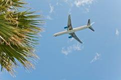 Vliegtuig dat laag vliegt Stock Afbeeldingen