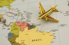 Vliegtuig dat naar Zuid-Amerika reist Stock Foto's