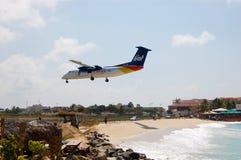 Vliegtuig dat op Caraïbisch Eiland landt Royalty-vrije Stock Foto's