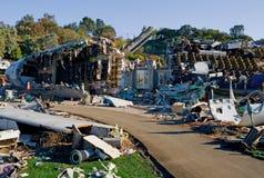 Vliegtuig dat op huizen wordt verpletterd Stock Fotografie