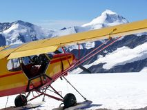 Vliegtuig dat op jungfraujoch is geland stock fotografie