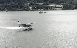 Vliegtuig dat op Water landt Stock Foto's