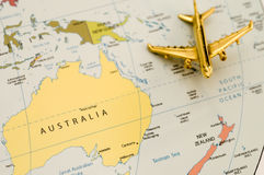 Vliegtuig dat over Australië reist Stock Afbeeldingen