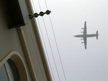 Vliegtuig dat over de bovenkant van gevangenis vliegt Stock Foto's