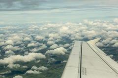 Vliegtuig dat over de wolken vliegt royalty-vrije stock foto