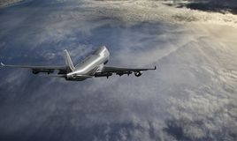 Vliegtuig dat over de wolken vliegt stock afbeelding