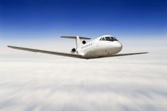 Vliegtuig dat over een hemel vliegt royalty-vrije stock foto